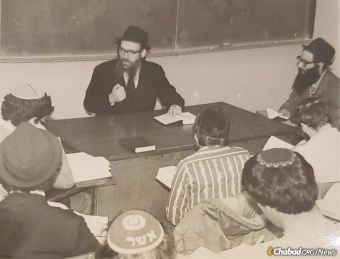 Rabbi Schwei teaching a Tanya class at Yeshiva University.