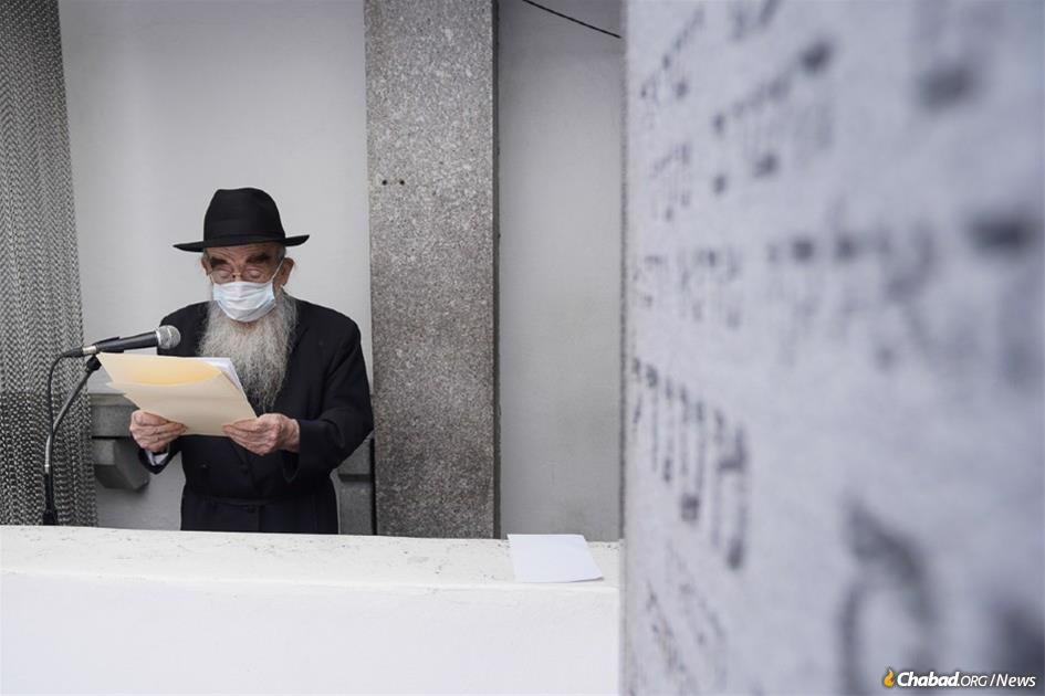 """Rabbi Abraham Shemtov reads the communal """"pan klali"""" letter, which was signed by Jews from around the world. (Photo: Bentzi Sasson)"""