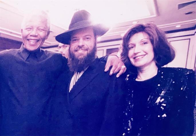Rabino Yossy e Rochel Goldman com Nelson Mandela