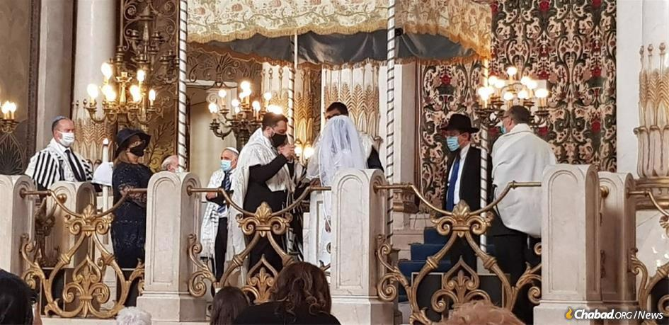 Under the chuppah at the Great Synagogue of Rome, Marco Del Monte of Rome and Elinor Hanoka of Israel were the first Jewish couple to be married in Italy after the coronavirus pandemic led to a government ban on weddings. (Photo: Chabad Piazza Bologna)