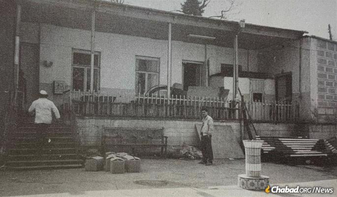 A branch of the underground Yeshivah Tomchei Temimim-Lubavitch was opened in Kutaisi, Georgia, in 1938, and Kahanov was sent to study there. It was housed in an abandoned building at the edge of the synagogue complex, seen here circa early 1990s.