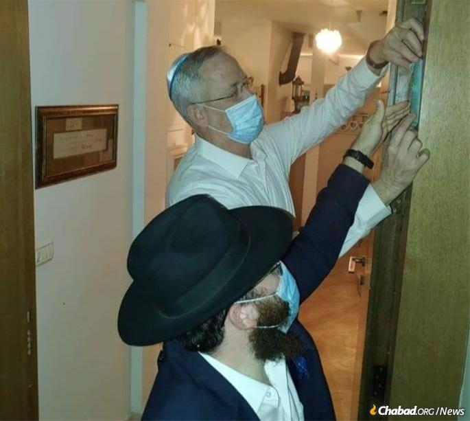 Benny Ganz, Israel's Secretary of Defense and Deputy Prime Minister, invited Rabbi Nahum Cohen, co-director of Chabad of Rosh HaAyin, to set up a mezuzah in the new office he had set up in his home.