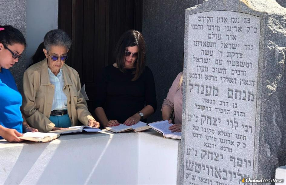 Legacy donor Susan Moss, second from left, at the resting place of the Rebbe.