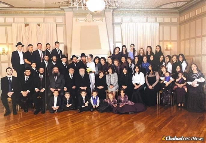 Rabbi Ciment with many of his descendants.