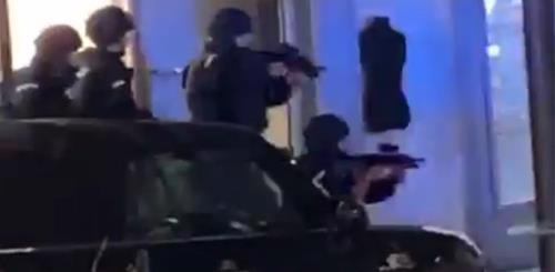 Polícia armada responde a um ataque terrorista nas ruas de Viena, Áustria