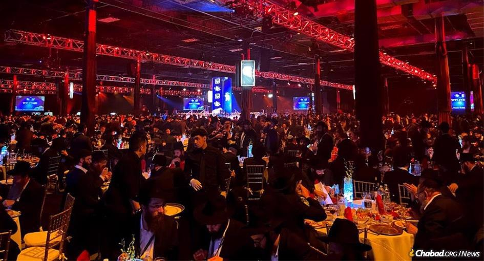 Thousands of rabbis and guests gathered together at last year's grand banquet. This year, even more will be getting together, albeit virtually. (File Photo: Mendel Konikov/Chabad.org)