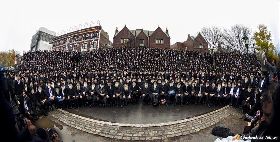 Thousands of Chabad-Lubavitch rabbis posed last year for the annual group photo. This year, thousands more will gather together, but in a virtual format due to the ongoing coronavirus pandemic. (Photo: Kinus.com)