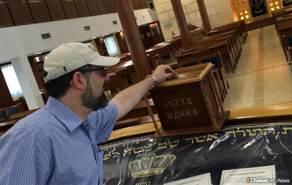 Professor Stephen Shore gives tzedakah in Moscow during a lecture tour in Russia. Autistic himself, Shore is a universally respected authority on the condition. Wherever his travels take him, he makes it a point to spend time at Chabad centers for study, mitzvahs and a kosher meal.