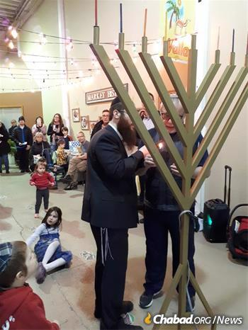Hecht leads a menorah lighting in Penticton. (Credit: Chabad Okanagan)