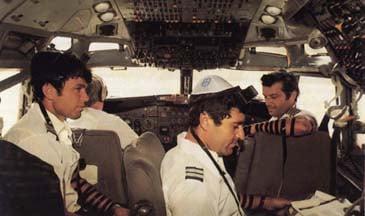 Des pilotes d'El Al mettent les Téfiline avant le départ