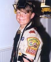 Un scout juif portant fièrement les Téfiline