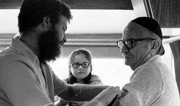 Le célèbre ténor américain Jan Peerce met les Téfiline dans une Mitsva mobile
