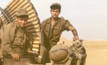 Mise des Téfiline avec des soldats de Tsahal dans le désert du Sinaï