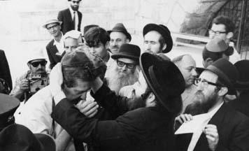 נשיא מדינת ישראל לשעבר עזר וויצמן מניח תפילין בכותל המערבי