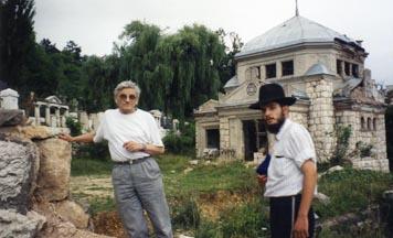 Un étudiant 'Habad avec un juif yougoslave au cimetière