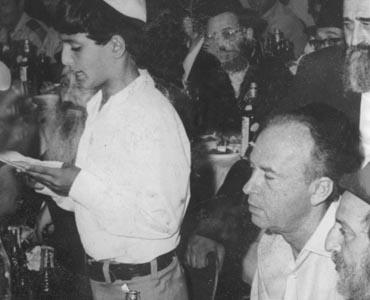 """ראש הממשלה יצחק רבין במהלך טקס הבר-מצוה ליתומי צה""""ל. בתמונה הוא נראה מאזין לנציג בני המצוה שנושא את דבריו."""