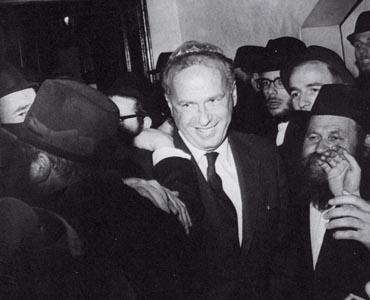 יצחק רבין משתתף בריקוד חסידי מסורתי לאחר יציאתו מהפגישה עם הרבי. צילום: יצחק ברז