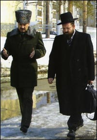 Rabbi Aron Gurevitch discusses religious affairs with a Russian army general.