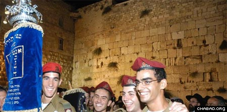 Israeli soldiers celebrate the completion of the new unity Torah, which was sponsored by the Chabad Youth Organization in Israel.