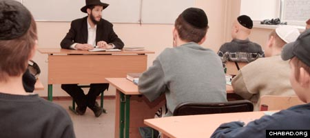 A class at Tomchei Tmimim Lubavitch in Moscow