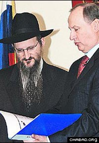 Russian Chief Rabbi Berel Lazar, left, looks over once-secret documents with Nikolai Patrushev, director of the country's Federal Security Service. (Photo: Pravda)