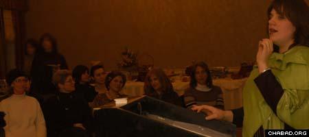 Sima Mishulovin gives a lecture in Portland, Ore.