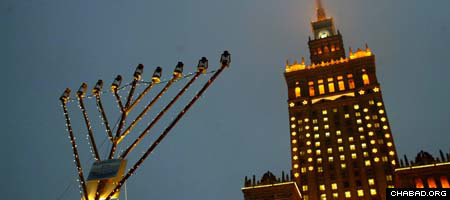 Chabad-Lubavitch of Poland's Chanukah menorah last year lit up the sky outside of the country's presidential palace.