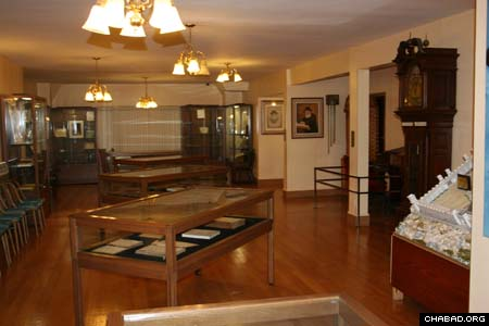 The small museum at the library of Agudas Chasidei Chabad in New York houses historical documents, personal books and manuscripts belonging to the series of Lubavitcher Rebbes, as well as original paintings of the Rebbes. A new rotating exhibit displays a selection of memorabilia belonging to their families.