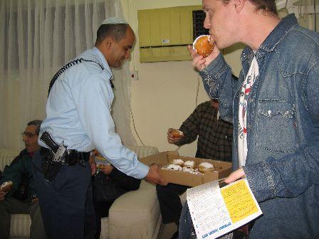 שוטרים וסופגניות