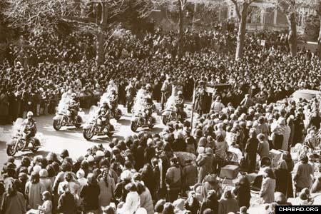 Des dizaines de milliers de personnes ont participé à la procession funéraire de la Rabbanit en 1988.
