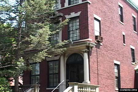 Le Rabbi et Rabbanit ont habité dans cette maison du quartier de Crown Heights à Brooklyn depuis le milieu des années1950. (Jewish Educational Media)