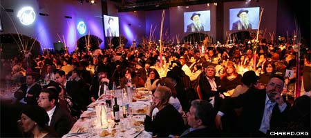 The some 1,600 attendees of a gala banquet marking 40 years since the founding of Chabad-Lubavitch of Paris listen to Rabbi Shmuel Azimov, director of Beit Loubavitch Centre.