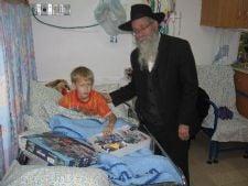 הרב קסטל מחלק 'דמי חנוכה' בקפלן