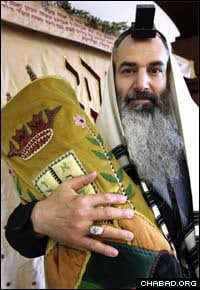 Alan Veingrad, a former Dallas Cowboys offensive lineman, holds a Torah Scroll at Chabad-Lubavitch of Coral Springs, Fla. (Photo: Lilly Echeverria/Miami Herald)