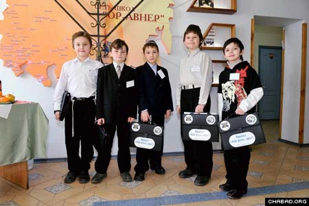 Students Dontesk and Dnepropetrovsk arrive at the academic Olympiad hosted by the Beit Menachem Or Avner Chabad day school in Lugansk, Ukraine. All in all, 45 children from Grades 3 to 5 from cities across the country, including Dneprodzerzhinsk, Krasny Luch and Zaporozhye, participated.