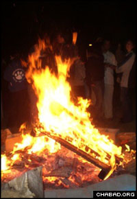 The 2007 Lag B'Omer bonfire hosted by the Jewish Center of Northern Liberties drew some 200 people.