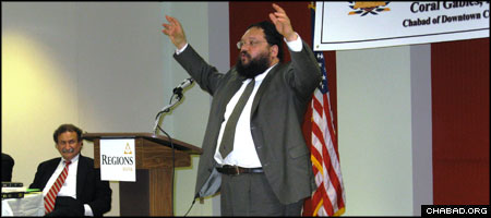 Chabad-Lubavitch Rabbi Shlomo Yaffe, dean of the New York-based Institute for American and Talmudic Law, lectures at the organization's Florida debut.