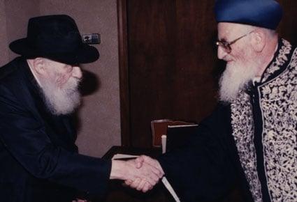 Le Rabbi accueille le Rav Eliyahou lors de ce qui allait être leur dernière rencontre, en 1992 (Photo: Chaim Baruch Halberstam/Jewish Educational Media)