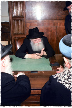 Les Grands-Rabbins d'Israël, Rav Mordékhaï Eliyahou et Rav Avraham Schapiro en audience avec le Rabbi en 1989