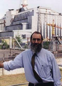 בתמונה: ג'יי ליטווין על רקע הכור האטומי בצ'רנוביל, לשם נסע כדי להביא ארצה ילדים המתגוררים באיזור הנגוע בקרינה.