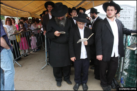 People began lining up at the Rebbe's holy resting place in Cambria Heights, N.Y., on Saturday night. Throughout the following day – the 14th anniversary of the Rebbe's passing – tens of thousands of people waited for hours to visit the site, where they recited Psalms and prayed to G-d.