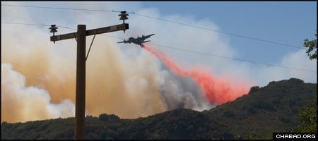 A modified cargo plane drops fire retardant on a wildfire in the mountains surrounding S. Barbara, Calif. (Photo: Kevin Stanchfield)