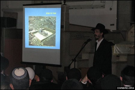Hundreds of people turned out for the siyum at the Chabad-Lubavitch synagogue in Tel Aviv, Israel's Geulat Yisrael neighborhood. Organized by Rabbi Yitzchok Be'er, program director at Chabad-Lubavitch of Tel Aviv, the seminar included a discussion of the laws of the Holy Temple and the building of the Third Holy Temple during the Messianic Era.