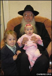 Rabbi Moshe Katsenelenbogen with two of his grandchildren