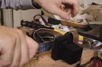 2. Un couteau est utilisé pour couper les coutures des fermetures.