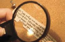 6. L'utilisation d'une loupe permet au Sofer de travailler les détails d'écriture.