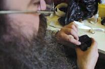 11. La fermeture du boîtier se fait par une couture à l'aide de tendons.