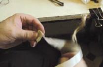 8. Les parchemins sont ensuite enroulés.