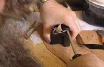 1. Utilisation d'un outil pour trouver avec précision la rainure de l'ouverture du boîtier.