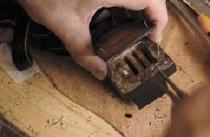 3. Une pince permet de sortir les parchemins de leurs compartiments.